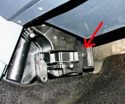 Расположение заглушки под салонный фильтр Renault Logan