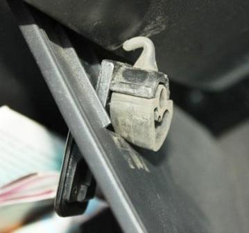 Снимаем крепление бардачка Hyundai Getz