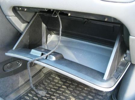 Открываем бардачок Nissan Almera Classic
