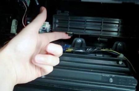 Снимаем крышку салонного фильтра Mazda 6