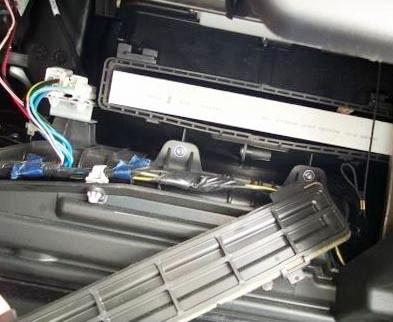 Снимаем старый салонный фильтр Mazda 6