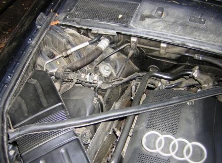 Снятый уплотнитель капота Audi A4 B6