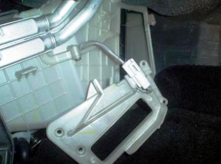 Снимаем крышку на салонном фильтре Mazda 3