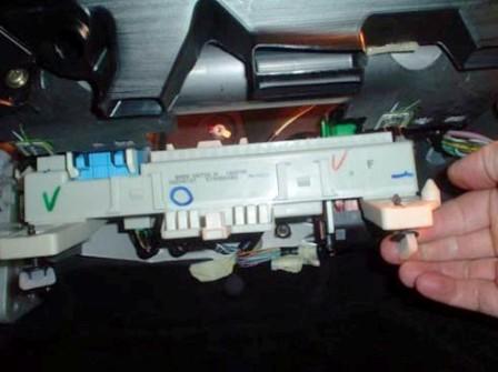 Снимаем блок предохранителей Mazda 3