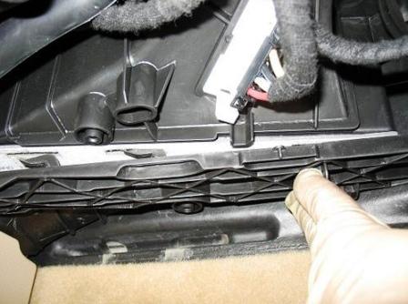 Снимаем крышку салонного фильтра Volkswagen Jetta