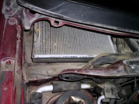 Вытаскиваем старый салонный фильтр Volkswagen Passat B4
