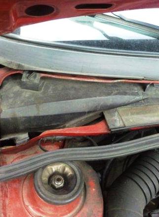 Откручиваем 2 болта на крышке салонного фильтра Volkswagen Passat B4