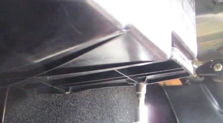 Отркучиваем крышку салонного фильтра Landrover Freelander