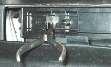 Снимаем крышку салонного фильтра Lexus RX300