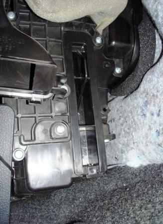 Снимаем крышку салонного фильтра Nissan Tiida