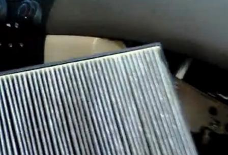 Вытаскиваем старый салонный фильтр Honda Accord VII