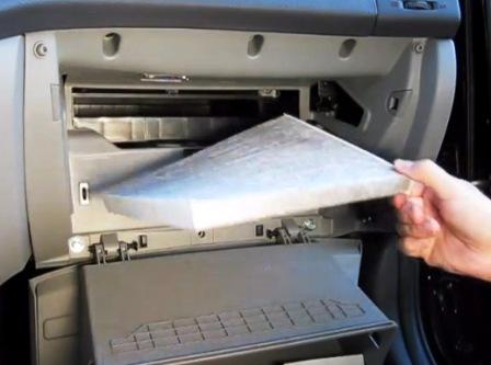 Вытаскиваем старый салонный фильтр Hyundai Elantra IV