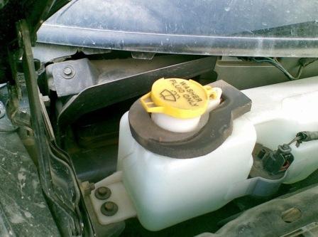 Откручиваем бачок омывателя Chrysler PT Cruiser