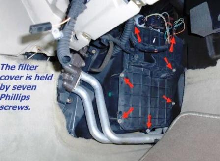 Откручиваем крышку салонного фильтра Saab 9-5