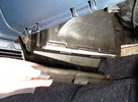 Снимаем крышку салонного фильтра Dodge Caravan IV