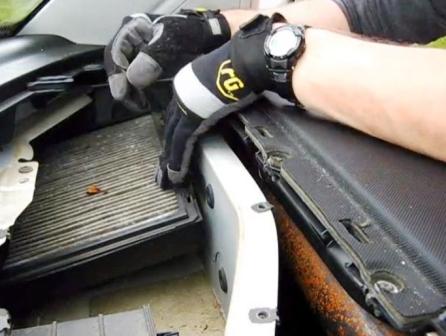 Снимаем защелки салонного фильтра Volkswagen New Beetle