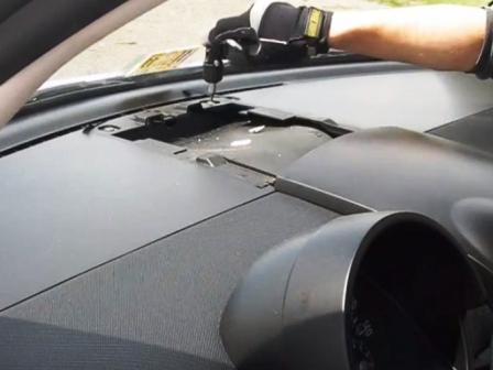 Откручиваем правую панель Volkswagen New Beetle