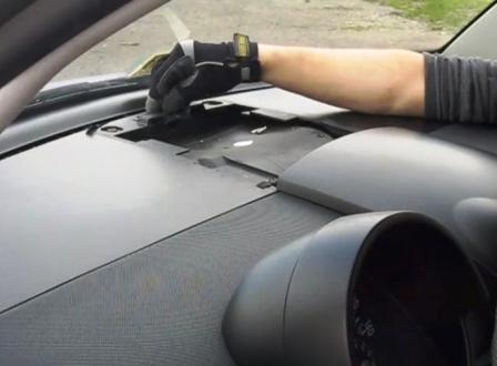 Откручиваем второй болт Volkswagen New Beetle