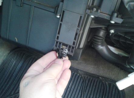 Нажимаем на фиксатор крышки салонного фильтра Nissan Maxima QX (A33)