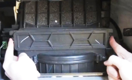 Снимаем крышку салонного фильтра Honda Odyssey III