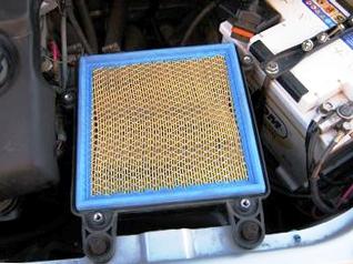 Поднимаем крышку воздушного фильтра Лада Приора