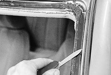 Срезаем старый клей со швов Лада Приора