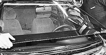 Вставляем лобовое стекло Лада Приора