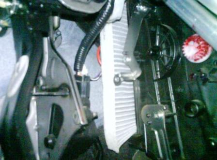 Сгибаем и вставляем новый салонный фильтр Nissan Qashqai