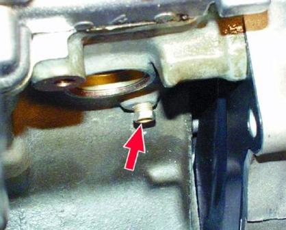 Откручиваем сливную пробку на блоке двигателя ВАЗ 2108, 2109, 21099