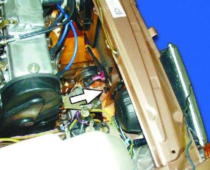 Откручиваем сливную пробку на радиаторе ВАЗ 2108, 2109, 21099