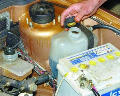 Открываем крышку бачка охлаждающей жидкости ВАЗ 2108, 2109, 21099