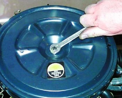 Откручиваем гайку на крышке воздушного фильтра ВАЗ 2108, 2109, 21099