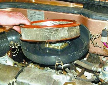 Вытаскиваем старый воздушный фильтр ВАЗ 2108, 2109, 21099