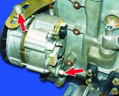 Ослабляем гайки генератора ВАЗ 2108, 2109, 21099