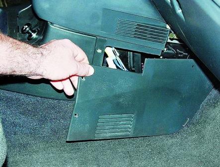 Откручиваем крышку закрывающую предохранители ВАЗ 2110, 2111, 2112