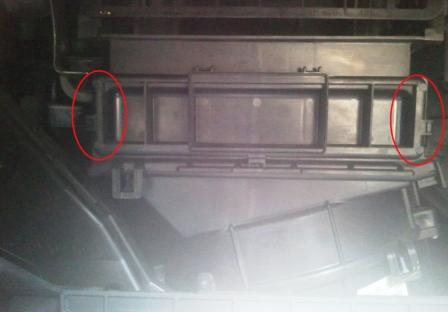 Снимаем крышку салонного фильтра Suzuki SX4