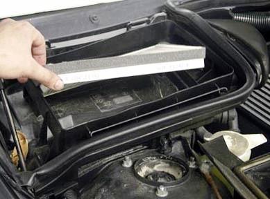 Вытаскиваем старый салонный фильтр BMW E39