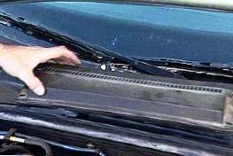 Откручиваем центральный пластик под лобовым стеклом Alfa Romeo 166