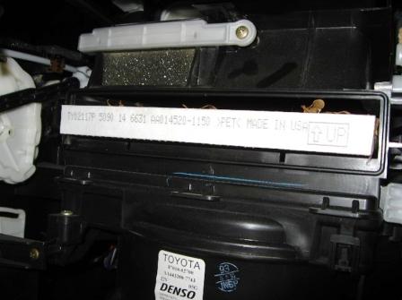 Снимаем старый салонный фильтр Toyota Matrix
