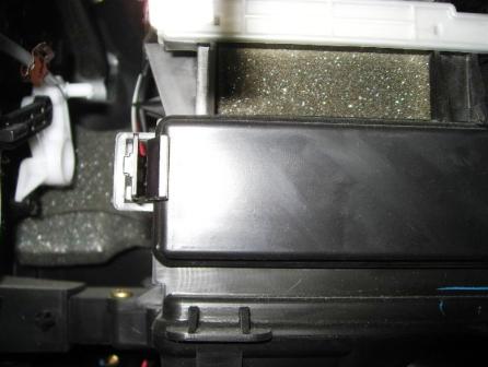 Нажимаем на фиксаторы салонного фильтра Toyota Matrix