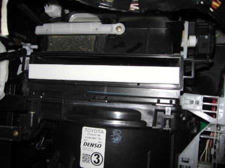 Вставляем новый салонный фильтр Toyota Matrix
