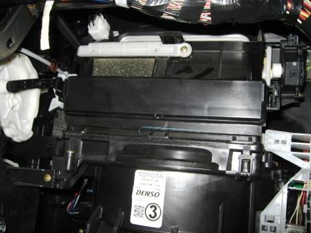 Закрываем крышку салонного фильтра Toyota Matrix