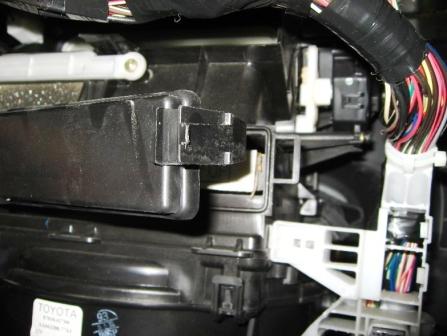 Снимаем крышку салонного фильтра Toyota Matrix