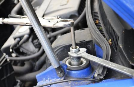 Придерживая болт откручиваем стойку Volkswagen Golf IV