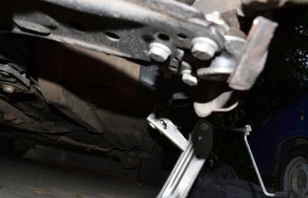 Откручиваем 3 болта шаровой опоры Volkswagen Golf IV