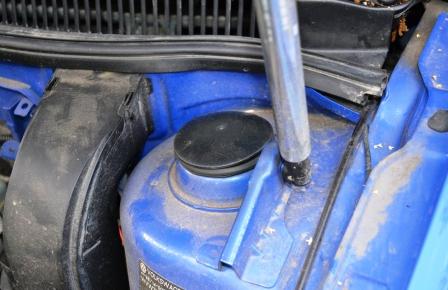 Снимаем заглушку в вехней части стойки Volkswagen Golf IV