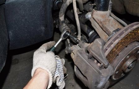 Откручиваем болты на задней части суппорта Volkswagen Golf IV