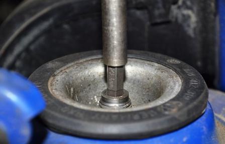 Ослабляем переднюю часть стойки Volkswagen Golf IV