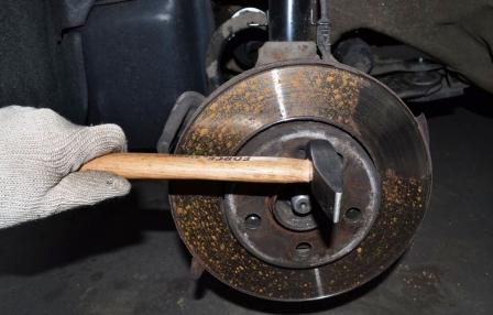 Откручиваем болт на тормозном диске и снимаем его Volkswagen Golf IV