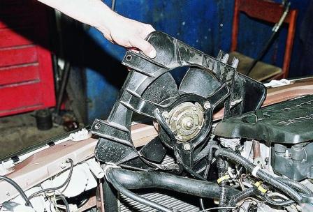 Вытаскиваем вентилятор с кожухом ВАЗ 2110, 2111, 2112
